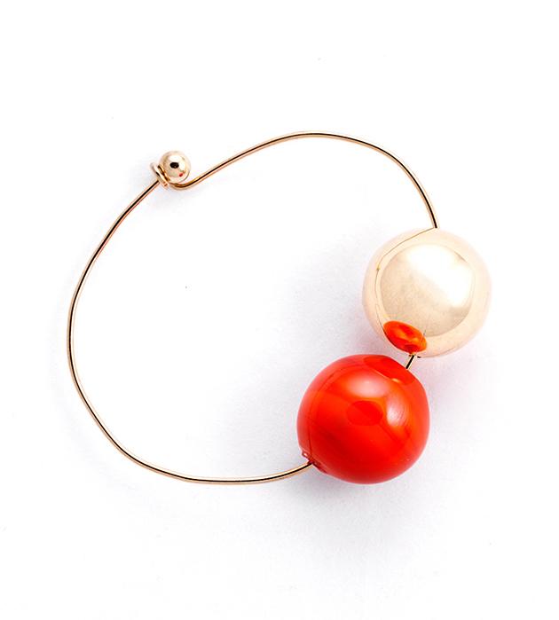 купите тонкий браслет с двумя стеклянными шариками