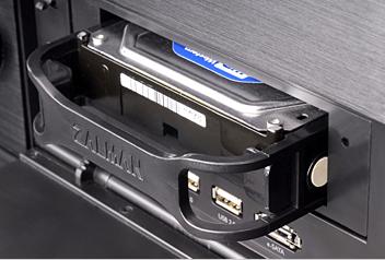 Поддержка замены накопителя на жестких дисках непосредственно в процессе работы