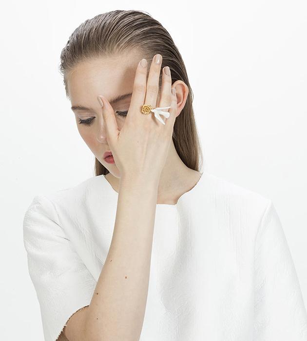 стильное кольцо из фарфора от ANDRES GALLARDO Dove Ring