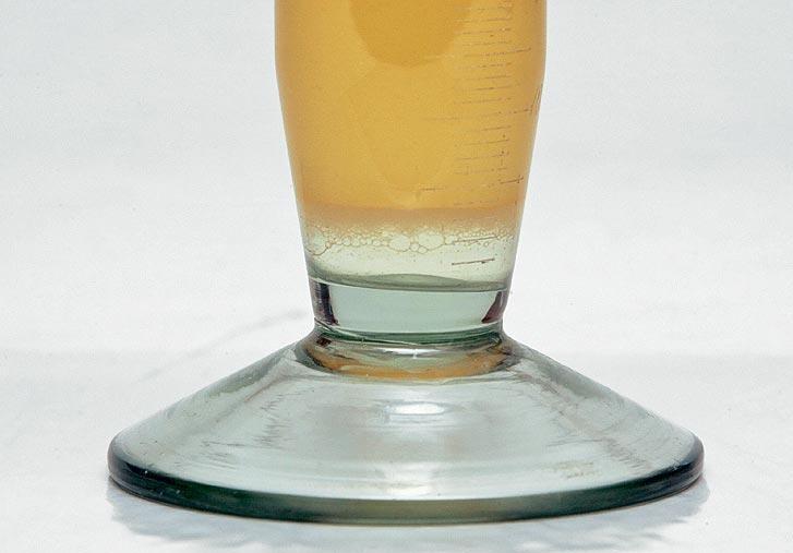 Выводим воду из бензобакаа спиртом