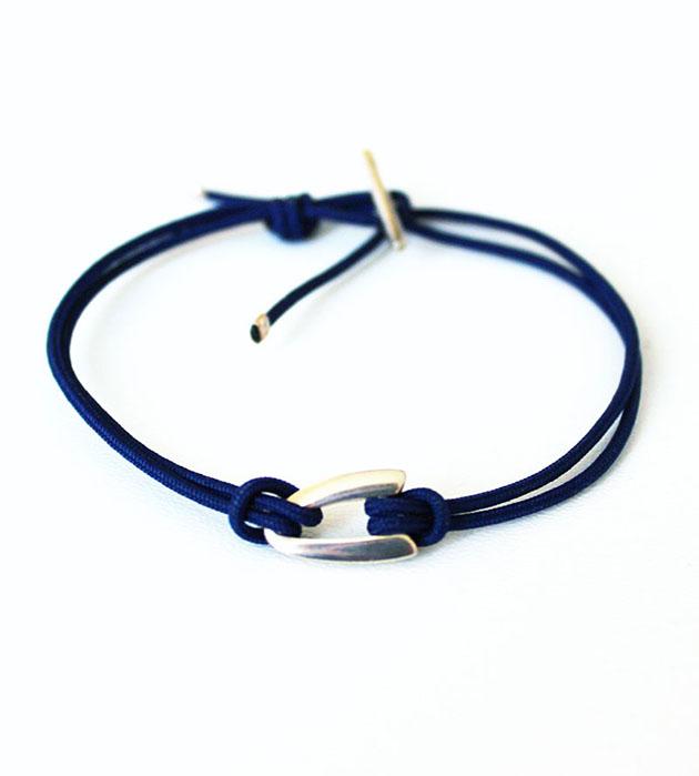 украшение ручной работы Boomerang Dark blue с серебрянной подвеской от Helena Rohner