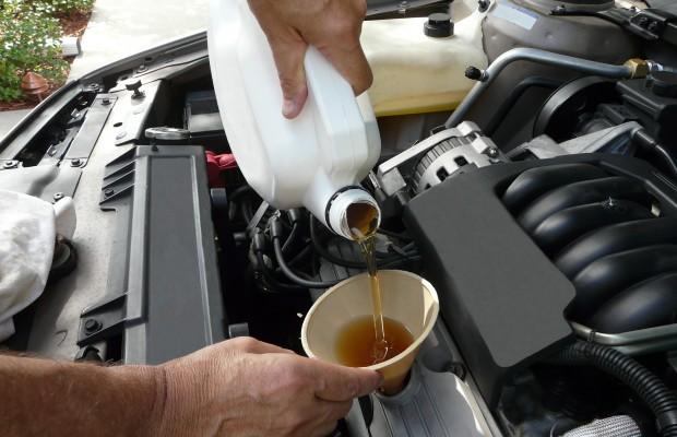 Меняем масло в двигателе автомобиля