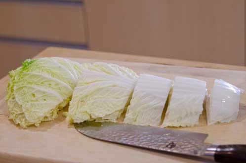 Нарежьте китайскую капусту