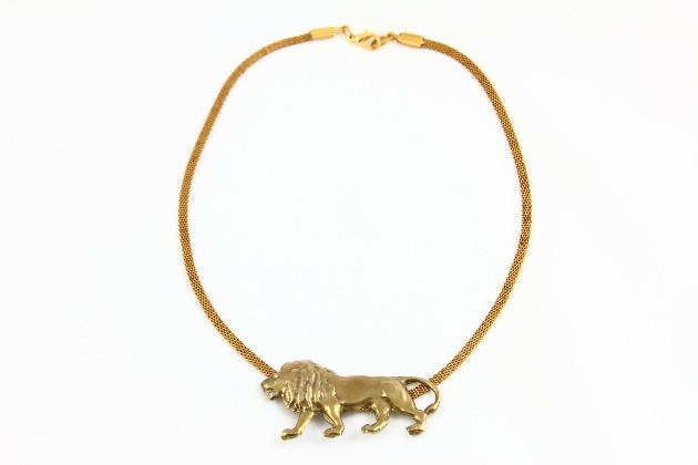 Купите металлическое колье под шею с подвеской льва