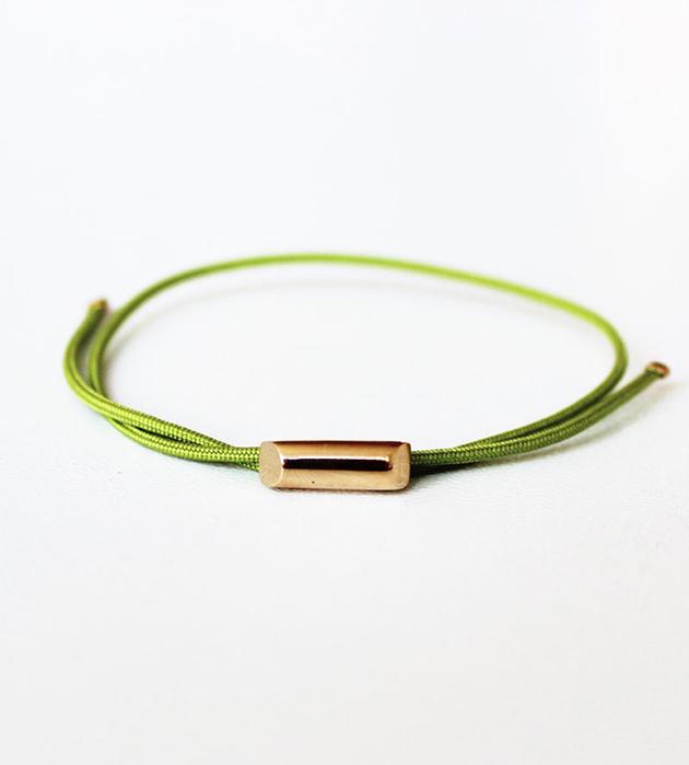 купите браслет Stick Khaki Green с подвеской из позолоченной латуни от Helena Rohner