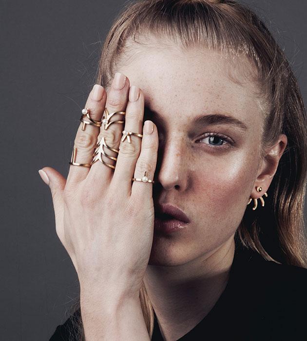 купите кольцо на фалангу с жемчужиной Mini Vivian от английского бренда SMITH/GREY