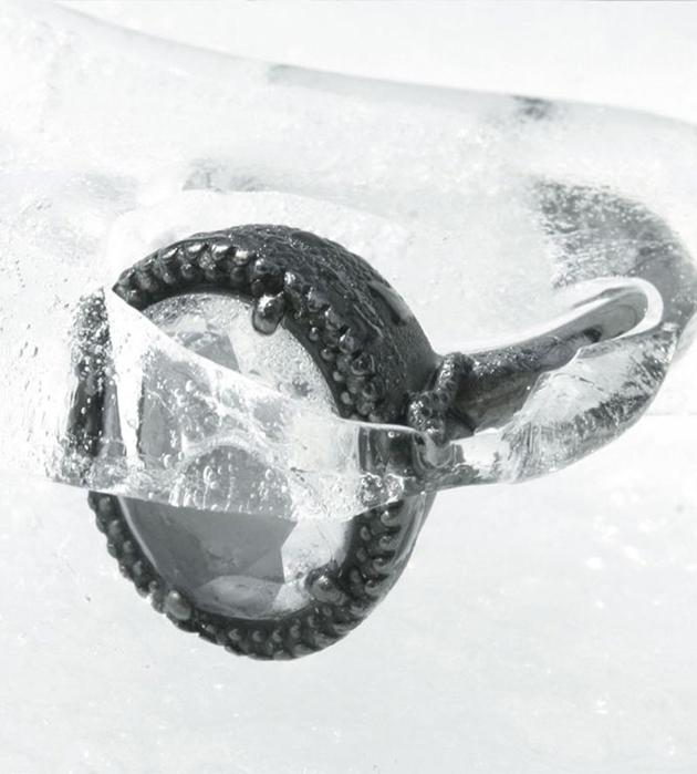 серебристое кольцо ручной работы Small Chevaliere от Miss Bibi