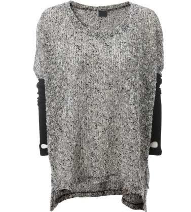 Серый удлиненный вязаный свитер с контрастными рукавами фото