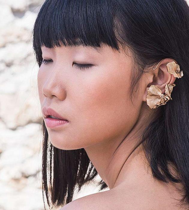 купите цветочную серьгу-кафф из позолоченной латуни с топазами от Cristina Zazo - Tender Sweet earcuff