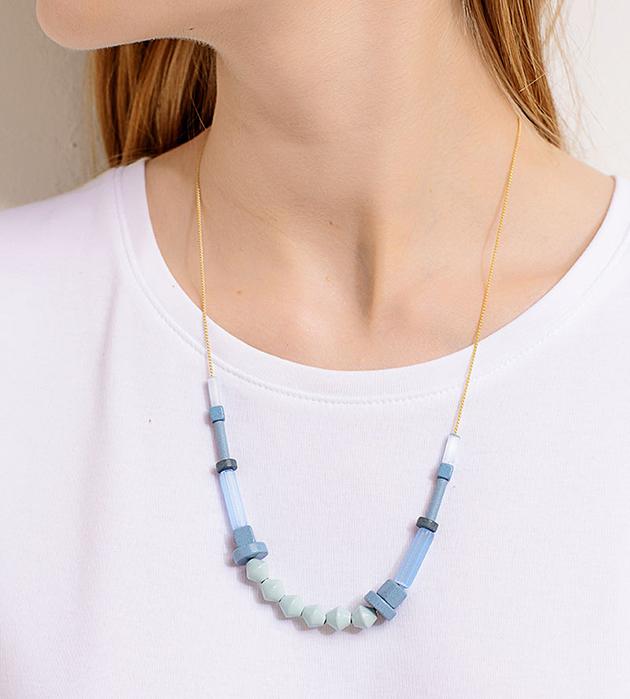 изящное ожерелье из стекла и дерева разных оттенков голубого цвета Iceberg от Apres Ski