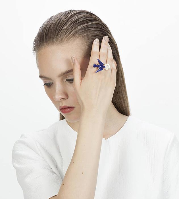 стильное кольцо из фарфора и позолоченной латуни Flower Dove Blue от ANDRES GALLARDO