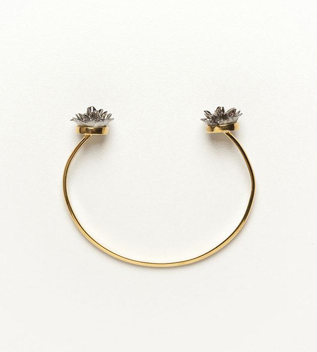 изящный браслет из фарфора Double Flower Silver от испанского бренда ANDRES GALLARDO