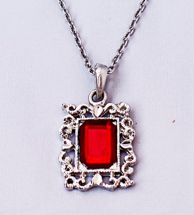 Купите винтажную металлическую подвеску с красным кристаллом фото