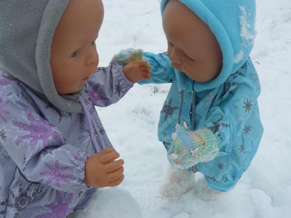 Зря ты варежки не одел - руки заморозишь!