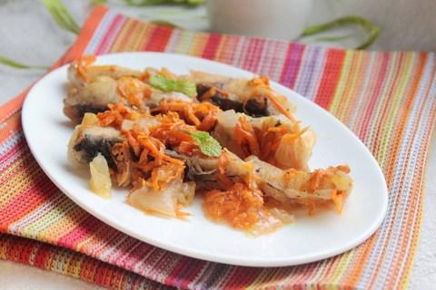 Тушеная рыба (зеркальный карп с овощами). Рецепт с фото