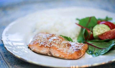 Филе форели, запеченное в соево-медовом соусе с кунжутом