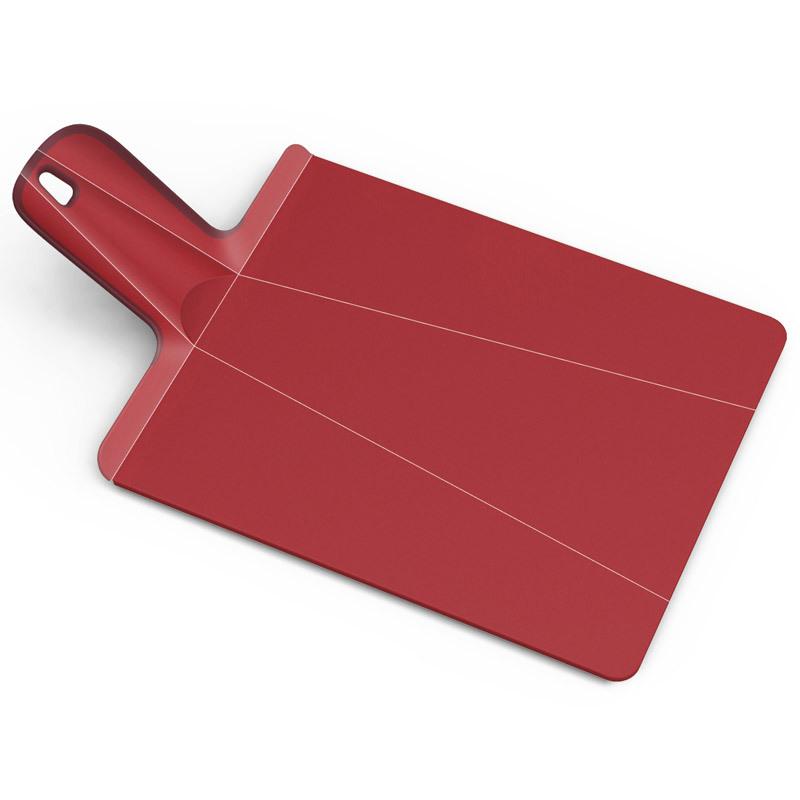 Доска разделочная Joseph Joseph Chop2Pot™ Plus средняя красная NSR016SWПластиковые разделочные доски<br>Доска разделочная Joseph Joseph Chop2Pot™ Plus средняя красная NSR016SW<br><br>Знаменитая складная доска теперь даже лучше! Теперь с покрытием, которое защитит ваши ножи от повреждений. Ручка с прорезиненными концами создает максимальный комфорт при использовании. Всем знакомо, как неудобно сыпать порезанные овощи в кастрюлю – вы обязательно растеряете кусочки. Но с этим приспособлением вы одним движением превратите разделочную доску в удобный совок, и все нарезанные продукты попадут прямо по назначению!Можно мыть в посудомоечной машине.<br>Официальный продавец<br>