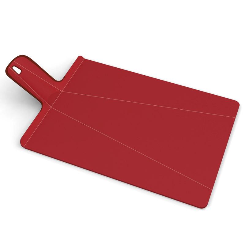 Доска разделочная Joseph Joseph Chop2Pot™ Plus большая красная 60042Пластиковые разделочные доски<br>Доска разделочная Joseph Joseph Chop2Pot™ Plus большая красная 60042<br><br>Знаменитая складная доска теперь даже лучше! Теперь с покрытием, которое защитит ваши ножи от повреждений. Ручка с прорезиненными концами создает максимальный комфорт при использовании. Всем знакомо, как неудобно сыпать порезанные овощи в кастрюлю – вы обязательно растеряете кусочки. Но с этим приспособлением вы одним движением превратите разделочную доску в удобный совок, и все нарезанные продукты попадут прямо по назначению!Можно мыть в посудомоечной машине.<br>Официальный продавец<br>