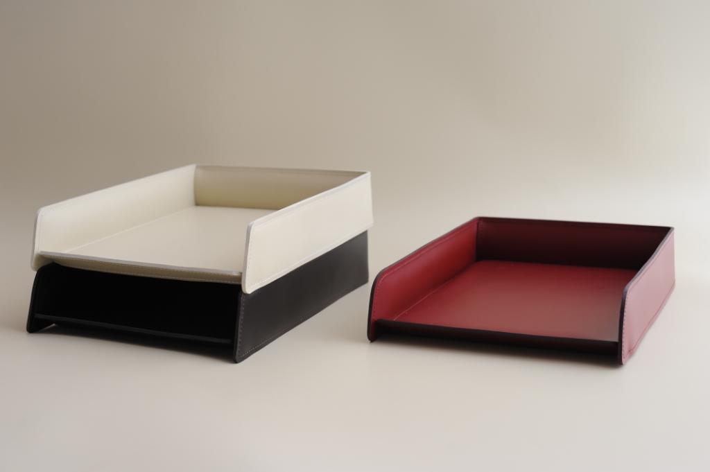 Лоток горизонтальный для бумаг формата А4 является аксессуаром для набора на стол руководителя.