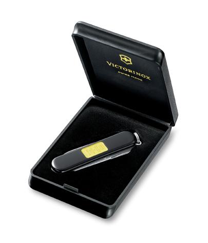 Нож-брелок Victorinox Classic с золотым слитком 1 гр, 58 мм, 7 функ, черный  (0.6203.87)