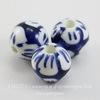 """Бусина фарфоровая шарик """"Белые цветы на синем фоне"""", 10 мм"""
