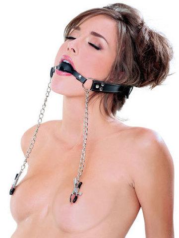 БДСМ кляп, соединенный цепью с зажимами для груди