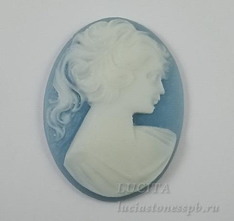 """Камея """"Девушка с хвостиком"""" белого цвета  на голубом фоне 30х40 мм"""