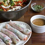 https://static12.insales.ru/images/products/1/3867/39022363/compact_spring_rolls_peanut_sauce.jpg