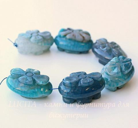 Бусина Агат с кварцем, овал с резным цветком, 30х20х15-16 мм, цвет - голубой, нить ()