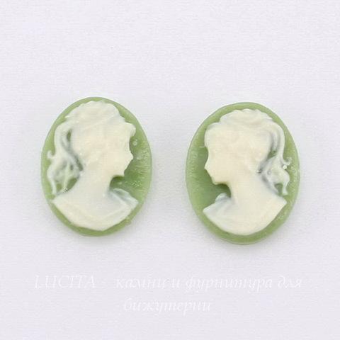 """Камея """"Девушка с хвостиком""""  цвета слоновой кости на зеленом  фоне 10х8 мм, пара"""