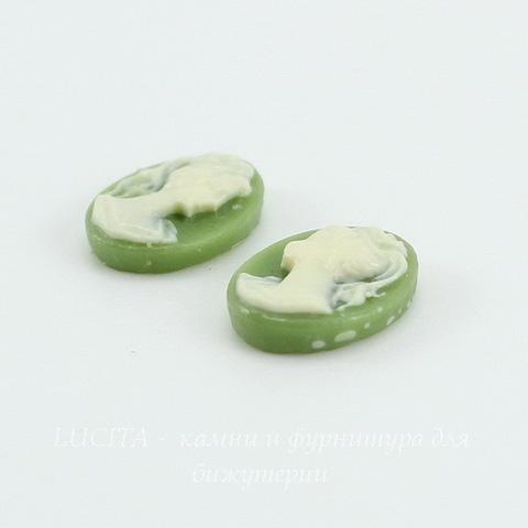 """Камея """"Девушка с хвостиком""""  цвета слоновой кости на зеленом  фоне 10х8 мм, пара ()"""