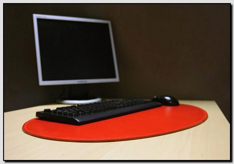 Клавиатура на красном овальном бюваре.